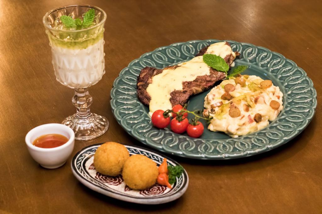 Entrecôte ao molho de mostarda e hortelã com arroz cremoso de Gruyere, alho poró e pinhão