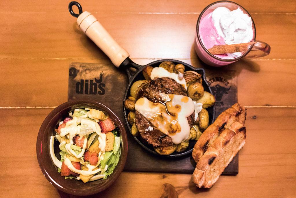 Legumes e cogumelos grelhados com ervas e azeite, hambúrguer de costela de 180g, BBQ de beterraba e raiz forte, queijo fundido