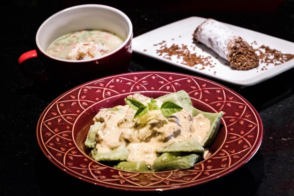 Ravioli de espinafre recheado com mussarela de búfala e pinhão ao molho do cheff com mignon